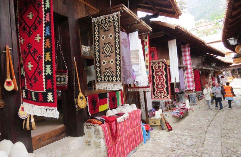 Basarstrasse in Kruja, Albanien
