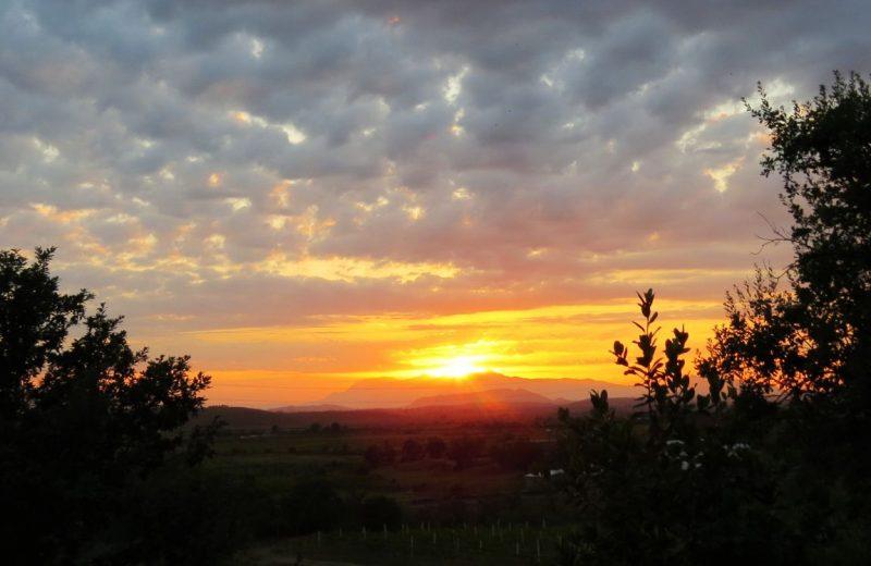 Sonnenuntergang bei 'Zani i Mrizave' Restaurant bei Fishtë, Albanien