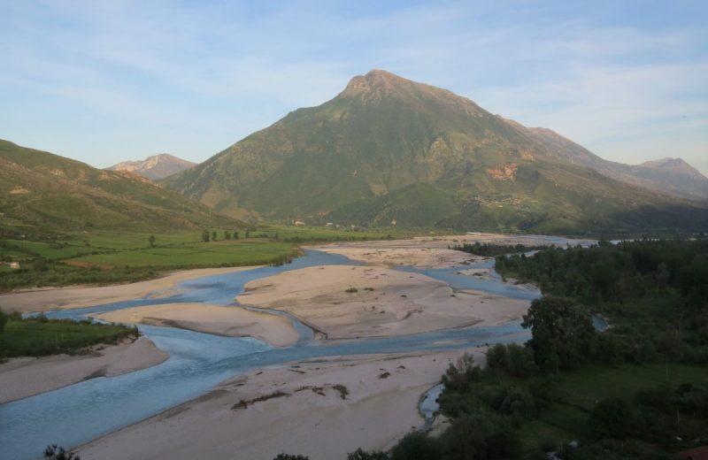Natürlicher Weg des Vjosa Flusses, bei Tepelena in Albanien